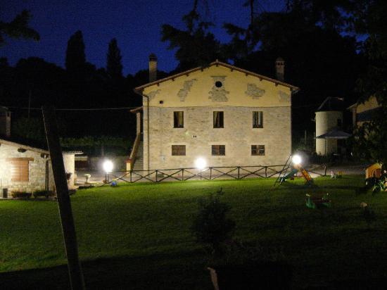 Agriturismo Borgo di Cortolla: Edificio centrale in notturna