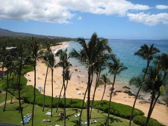 Mana Kai Maui: The view of the beach from our lanai.