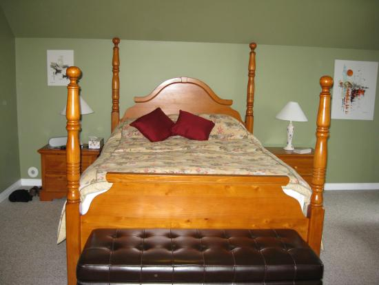 Raven House B&B: Comfy bed in a large room
