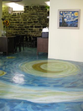 Hotel Le Vincent : Lobby / Breakfast area with Van Gogh floor