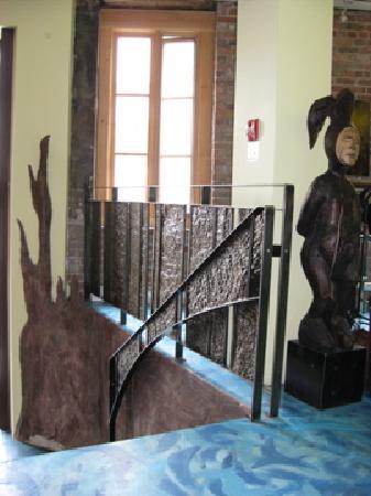 Hotel Le Vincent : Statue near entrance of Auberge Le Vincent