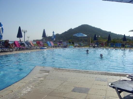 Alykanas Village Hotel: The pool near the beach