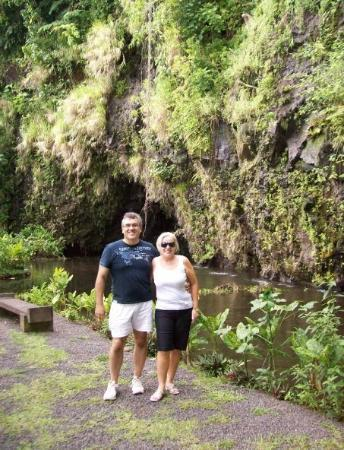 Moorea, Polinezja Francuska: Martin and I at the botanical gardens. We found huge snails that were as big as your hand!
