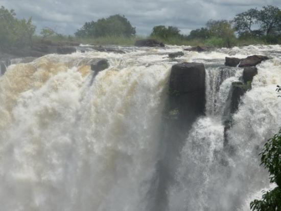 ลิฟวิงสโตน, แซมเบีย: Vic Falls. Largest falls in world (greatest water volume over edge)