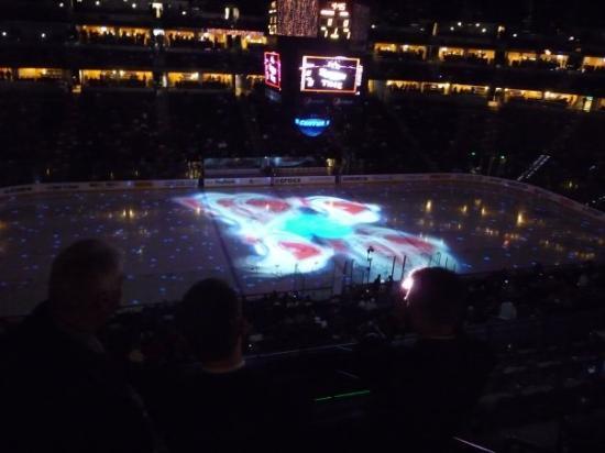Pepsi Center: Kampen starter med bulder og brag -  om få minutter løber Colorado Avalanches og Anaheim Ducks p