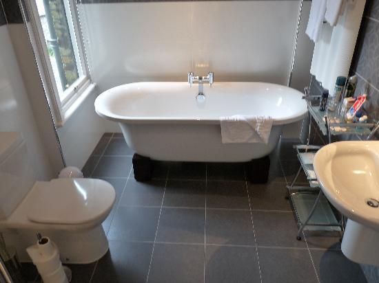 Lairbeck Hotel: Deep roll top bath