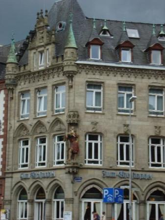 Hauptmarkt: statues on buildings