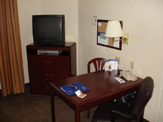 Candlewood Suites - Arlington: TV and work area