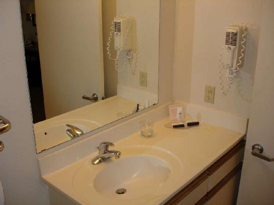 Candlewood Suites - Arlington: Sink