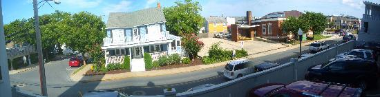 Sandcastle Motel: panoramic view from balcony Rm. 109