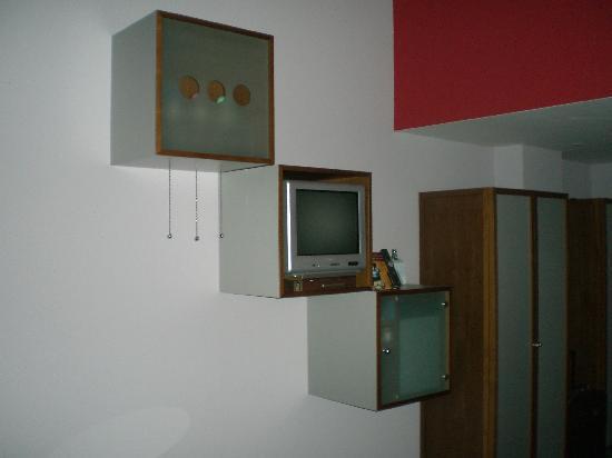 Sheraton Hannover Pelikan Hotel: Mini Fernseher - ungünstig platziert