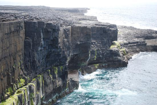 Inishmann, Irland: Beautiful cliffs on the island.
