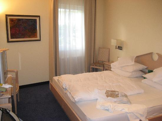 Park Hotel Mignon & Spa: Second bedroom (children's, in use) with own tv, plush and comfortable mattresses, pillows, and