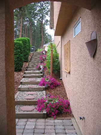 A Vacation Paradise at Quail Ridge B & B : Steps from our suite to parking
