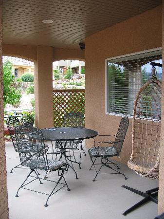 A Vacation Paradise at Quail Ridge B & B : Our private patio