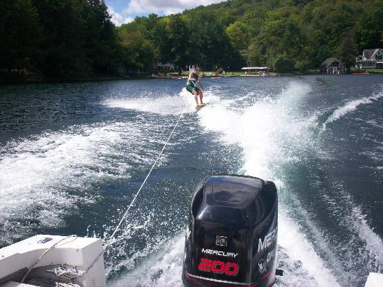 Scott's Family Resort : waterskiing is offered daily