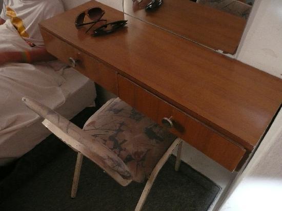 Alcazar Hotel: desk 311