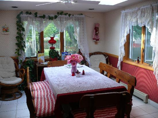 Joan's Bed and Breakfast : Dining Room