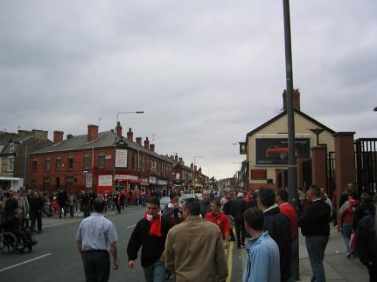 Anfield Stadium: Bare timer igjen til kampstart. Stille i gatene.