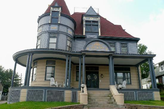 Meyersdale, PA: Levi Deal Mansion - street view