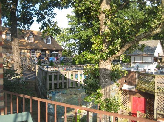 Shawnee Bluff Inn: Looking from our porch over the pool to the check in house.