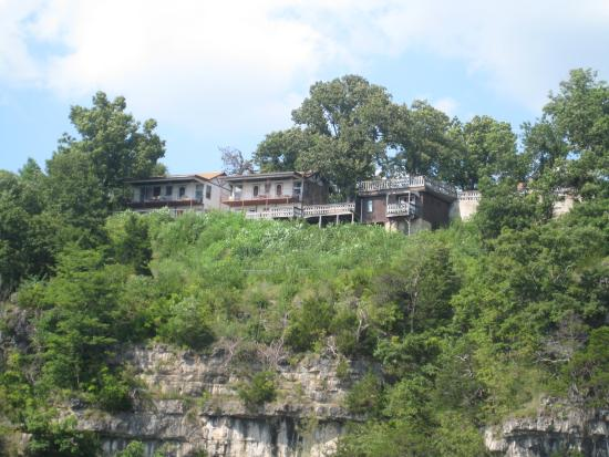 Shawnee Bluff Inn: Motel from the lake.