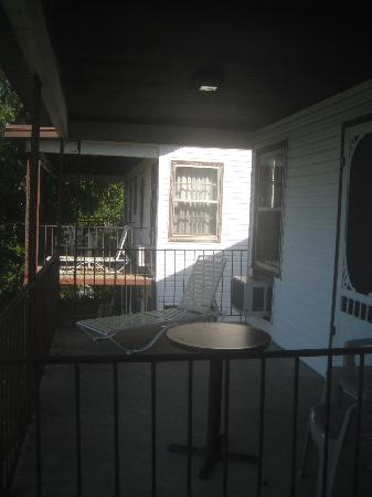 Shawnee Bluff Inn: Pic of the porch
