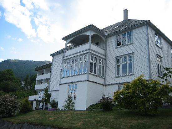 Balestrand Hotel: approaching hotel from road