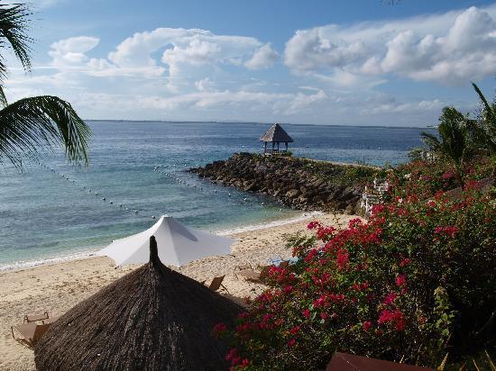 Shangri-La's Mactan Resort & Spa: Blick auf den Natursteg mit kleinen Pavillion zum mieten für ein romantisches Abendessen