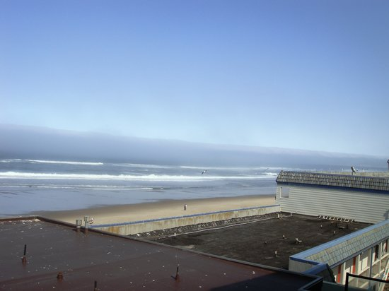 Lincoln City, Орегон: View from deck to neighbor property