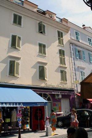 Residence San Roccu : L'esterno del residence, la porta bianca è quella di ingresso. La propretaria vi darà il codice