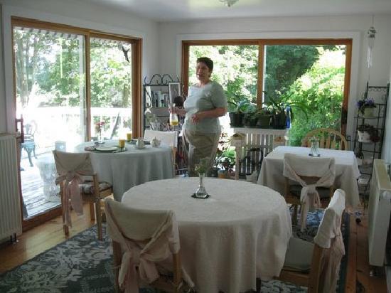 Inn at Lovers Lane: Pam in the breakfast room