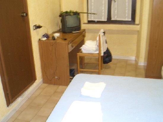 Verona Hotel: tv table