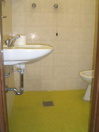 Verona Hotel: en-suite bathroom