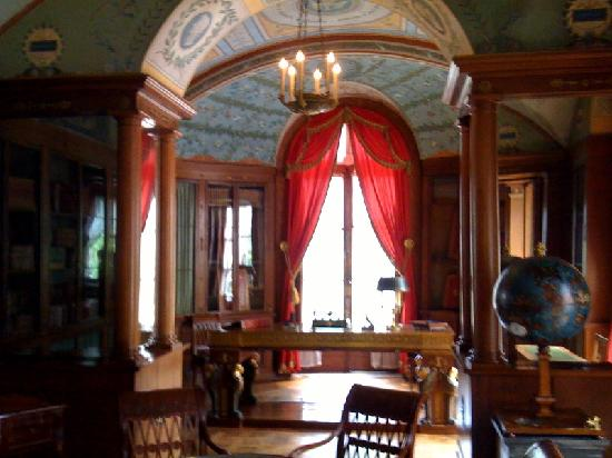 Rueil-Malmaison, Frankrig: Library used primarily for Napoleon while relaxing from war.  Great site for history buffs.  Sec