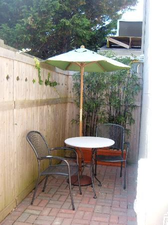 Crosswinds Motel: private patio
