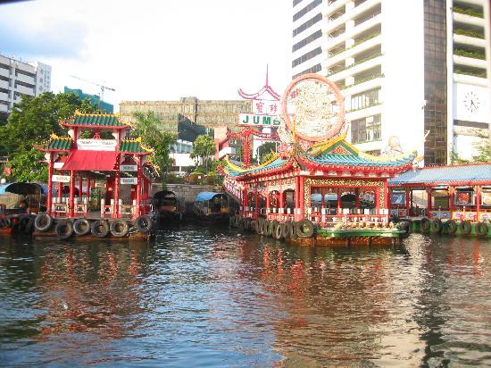 Jumbo Kingdom Floating Restaurant: お店の外観 岸側から