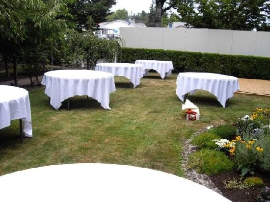 Kelty Estate Bed and Breakfast: Setting up tables for the meal to follow...