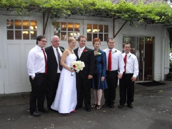 Kelty Estate Bed and Breakfast: The family takes a picture after the ceremony
