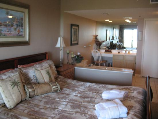 Villamare Villas Resort at Palmetto Dunes: Large Master bedroom suite