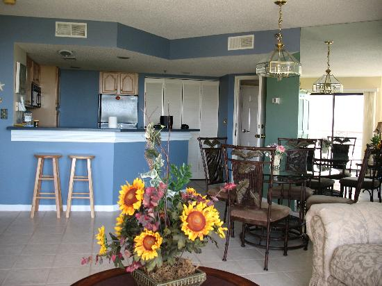 Villamare Villas Resort at Palmetto Dunes: Large living room/dining room & kitchen area
