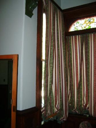 Pendray Inn and Tea House: No Privacy Left side of window