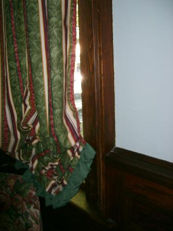 Pendray Inn and Tea House: No privacy Right side of window
