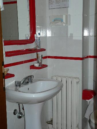 Hotel Beau Sejour: piccolo bagno