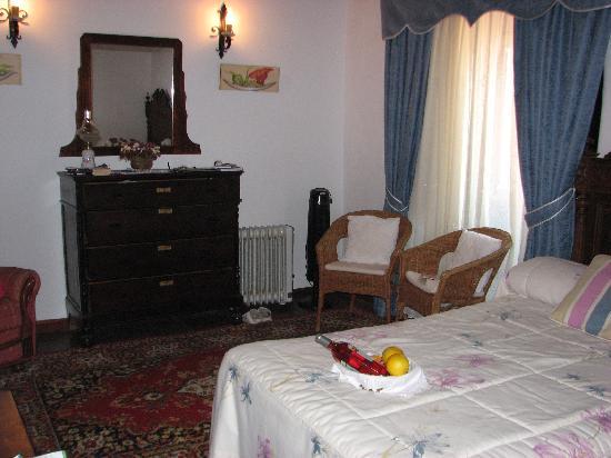 Hotel Rural Senderos de Abona : Decent sized room (with wine & fruit on arrival!)
