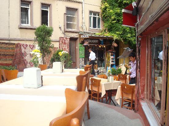 Malkoc Restaurant: autre partie de la terrasse