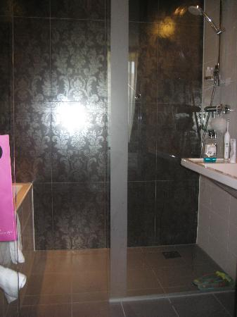 WestCord Fashion Hotel Amsterdam: The shower and the poor construction