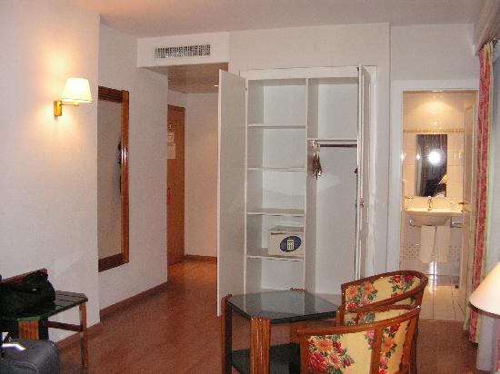 Suisse Hotel: armadio e ingresso