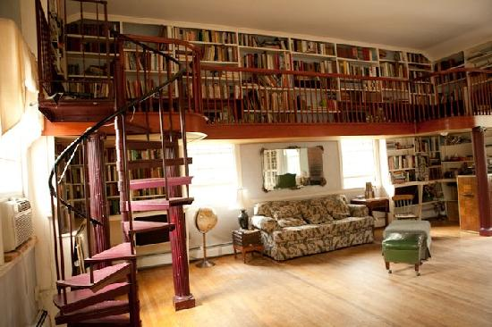 The Sumner Mansion Inn: Main sitting room/library