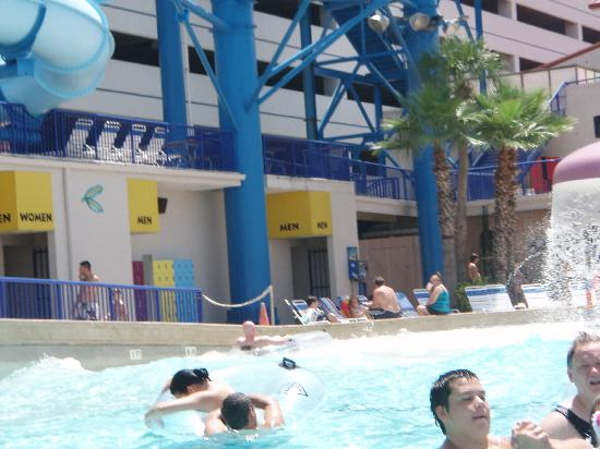 Daytona Lagoon: In the wave pool looking at the lockers and bathrooms